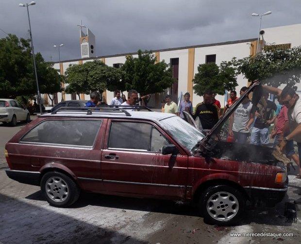 Veículo pega fogo em Santa Cruz do Capibaribe e fica bastante danificado
