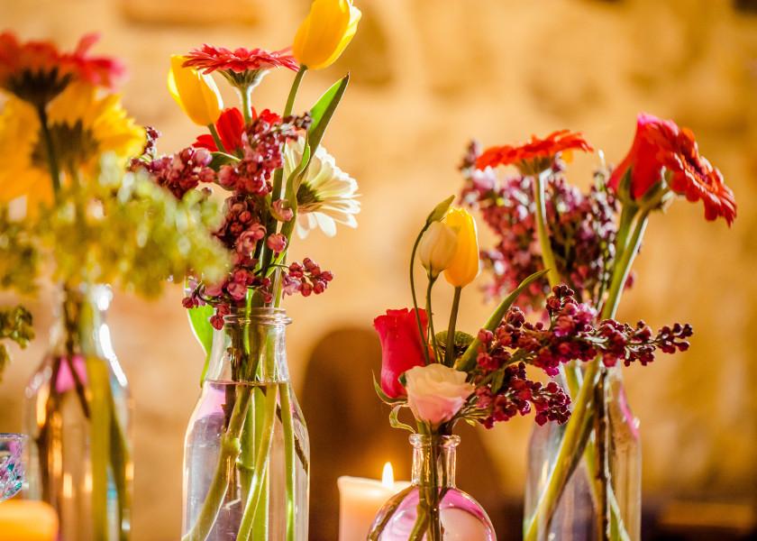 Buteleczki na ślubie zamiast tradycyjnych wazonów.