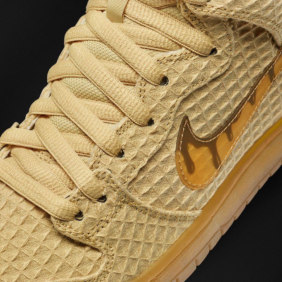 o tênis vem em um tecido que reproduz a cor e a textura dos waffles, além de trazer o