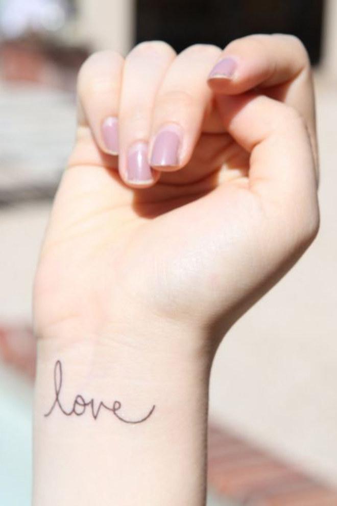 vemos la muñeca de una mujer, lleva un tatuaje pequeño con mucho estilo