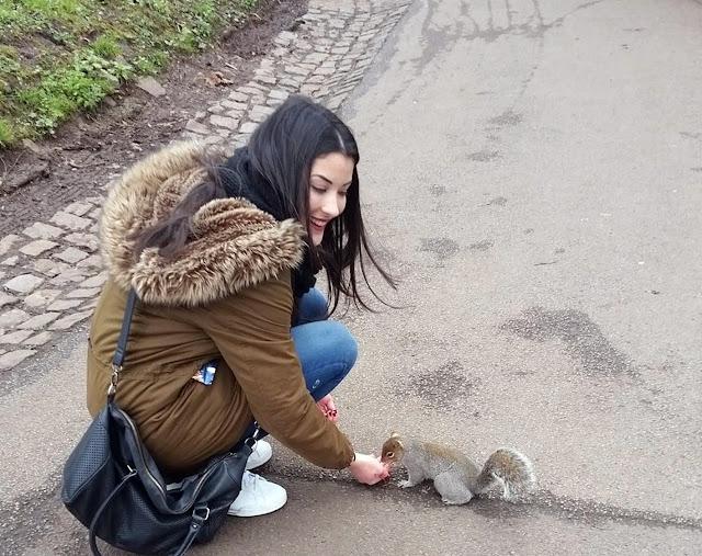 Ángela dando de comer a una ardilla en un parque de Bristol, 6-3-2016