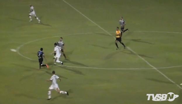 Foto oriunda de frame do vídeo do jogo, momento do chute do golaço de Gabriel Barcos do meio de campo
