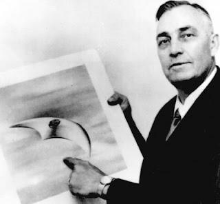 El piloto Kenneth Arnold mostrando uno de los OVNIS que vio