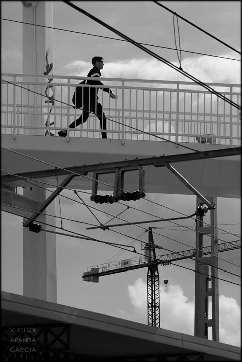 hombre,cables,pasarela,limites,serie