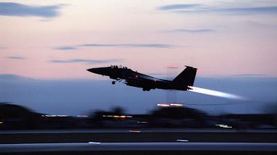 Un bombardero F-15 Strike Eagle estadounidense despega de la base italiana de Aviano en apoyo a los bombardeos sobre Yugoslavia, 28 de marzo de 1999.