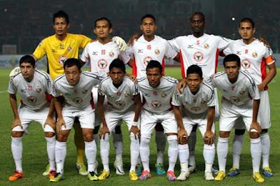 Sejarah Semen Padang FC  Semen Padang FC berdiri pada tanggal 30 November 1980, Tim yang bermarkas di indarung ini mengawali debutnya di kancah sepakboa indonesia dengan mengikuti Divisi I Galatama tahun 1980. Pada tahun1982 , SPFC berhasil menjuarai Divisi I Galatama, dan sekaligus promosi ke Divisi Galatama. Dimusim 1994/1995, PSSI melakukan penggabungan dua liga yang ada saat itu, yaitu Perserikatan dan Galatama. Penggabungan itu membuat sebuah sistem liga baru di indonesia bernama Liga Indonesia, dan SPFC memenuhi syarat untuk menjadi salah satu dari 34 klub kontestan kasta tertinggi Divisi Utama. Sejak awal 2000, Spp mulai bangkit, dan tetap gagal melaju ke Semi-Final LI 2002 dengan status juara wilayah barat, lalu di hentikan Petrokimia Putra, Kabau Sirah (julukan Semen Padang FC) kembali terpuruk, tercatat dari 2004 sampai 2007 Sp tak pernah menembus 10 besar. Pada akhir LI 2007, SP Finish ke-!6 di LI wilayah barat dan terdegradasi.   Masa di IPL 2012 (Indonesia PRemie Leauge)  Musim pertama di Liga Prima Semen Padang Fc langsung menyabet gelar Juara Liga setelah menaklukkan Persiba Bantul 1-0 di Bantul, saat kompetisi menyisakan beberapa pekan lagi, di bawah pimpinan Suhatman Imam (Dirtek SP) yang menggatikan NIl