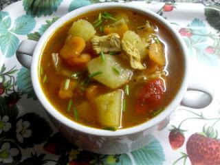 Sopa de col con trocitos de pollo,verduras y hortalizas picadas, caldo y pimentón