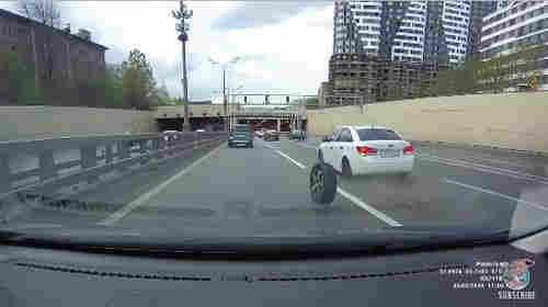 Pria di Rusia Kerjar Ban Mobilnya yang Terlepas di Jalan Raya