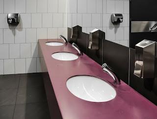 En los baños, mejor secadores eléctricos