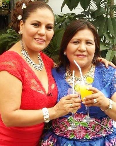 Foto de Perlita de Huaral brindando junto a Dina Paucar