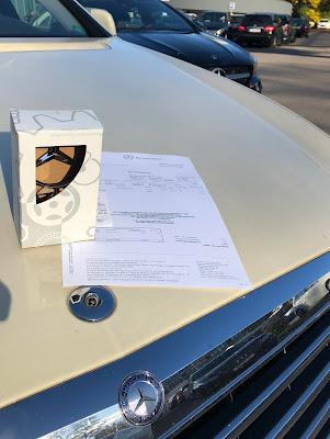 Mercedesstern in Originalverpackung auf der Motorhaube des Taxis
