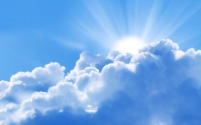 Zon breekt door de wolken foto