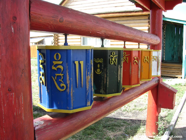 Иволгинский дацан - разноцветные барабаны хурдэ