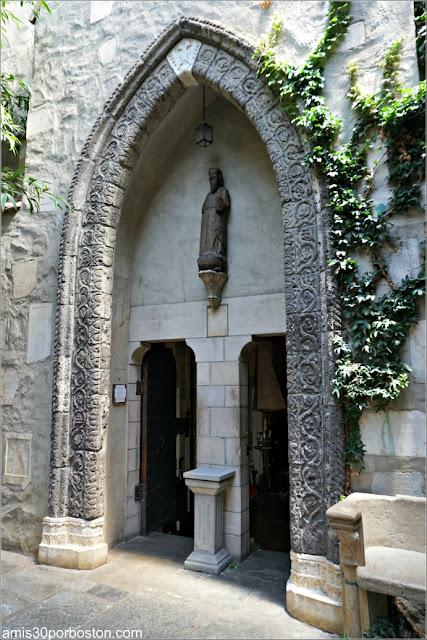 Puerta de una Catedral en el Jardín Interior del Castillo Hammond
