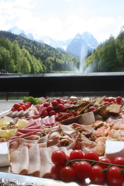 Brotzeitbrettl, Trachtenhochzeit in den Bergen von Bayern, Riessersee Hotel Garmisch-Partenkirchen, Wedding in Bavaria