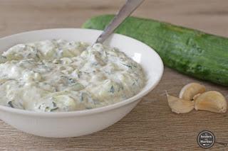 Tzatziki: dipsaus van komkommer, yoghurt en knoflook