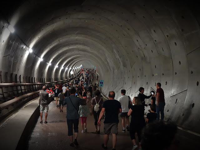 Drôle de point vue sur la perspective sineuse et presque organique du tunnel du futur métro...