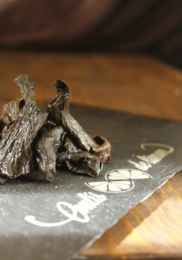 Trompetas de la muerte.Ensalada con trompetas de la muerte, rúcula, bocados de aceitunas negras.http://www.maraengredos.com/