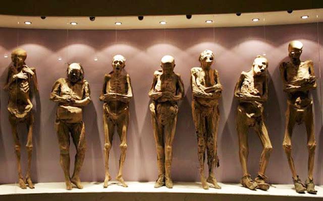koleksi mumi yang di pajang di museum guanajuato meksiko