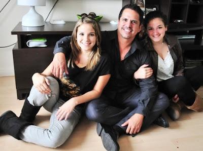 Foto de Jaime Cuadra al lado de sus hijas