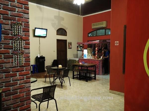 ruangan indoor rumah merah pujasera