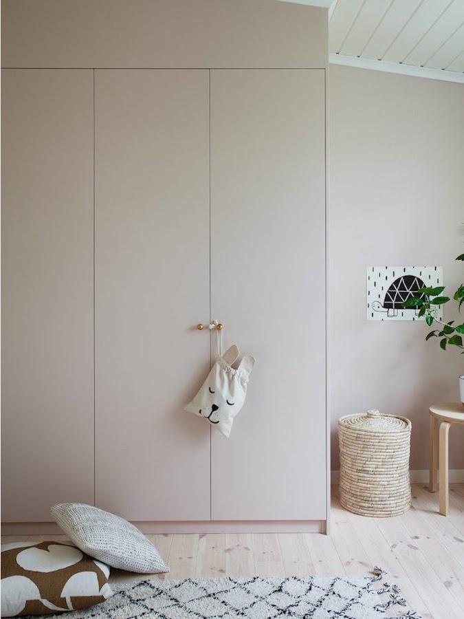 Una casa familiar muy fan del rosa y el verde: Dormitorio infantil con armario pintado de rosa empolvado.