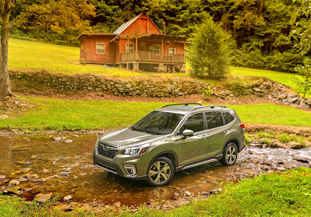 Front 3/4 view of 2019 Subaru Forester Touring