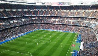 Visión general del estadio con los graderíos llenos de aficionados durante un partido de Liga.