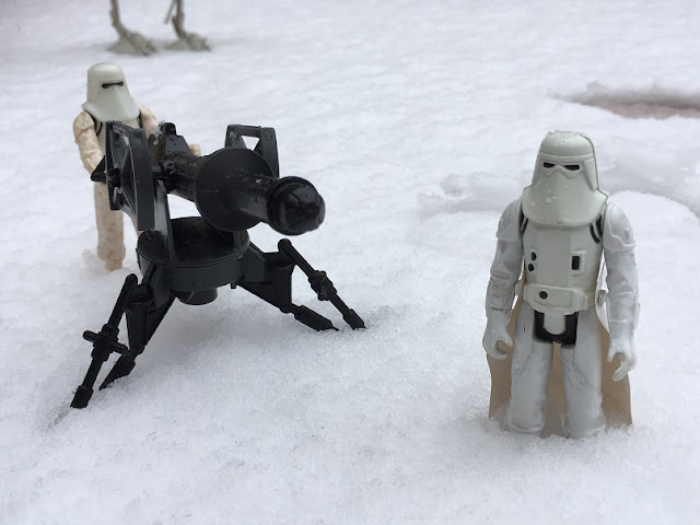 Figuritas de Star Wars en la nieve de Madrid - Homenaje a Han Solo - SOLO - Star Wars - Tauntaun - Wampa - Luke Skywalker - Madrid nevado - Solo en la nieve jugando a Star Wars - el fancine - ÁlvaroGP - el troblogdita - SEO - Scout Trooper - Snowtrooper - ATST - Luke Skywalker - Wampa - Tauntaun