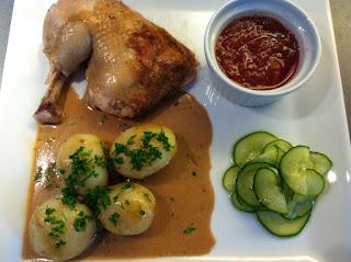 Gammeldags kylling: pollo con ensalada de pepinos, compota de ruibardo, patatas y salsa