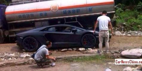 Lamborghini Aventador Sedang Salah Jalan