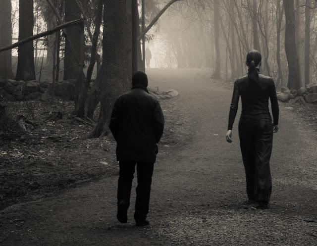 Hombre maduro caminando en pos de una mujer joven