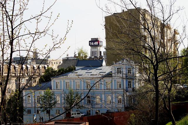Вид с Владимирской горки на главные часы
