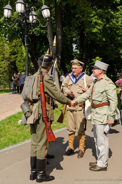 "Armata romana si germana,""inamicii isi dau mana""."