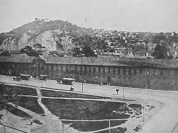 d71dda8d30 A primeira favela carioca foi a do Morro da Providência que começou a ser  ocupada quando da chegada de grande número de soldados que retornando da  Guerra de ...