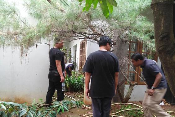 Polisi Melakukan Olah TKP di Rumah Ketua PKS Jazuli