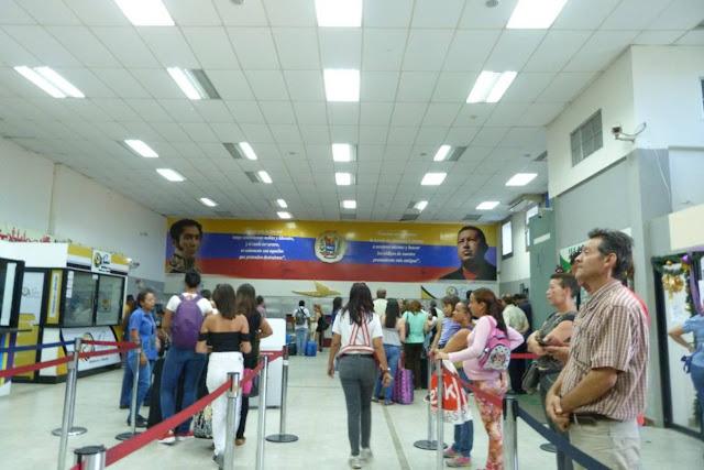 Falta de vuelos y pasajes vuelven una tortura los viajes por el país