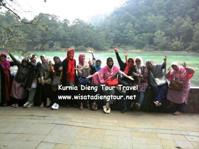 Telaga warna dieng bersama wisatawan ibu2x