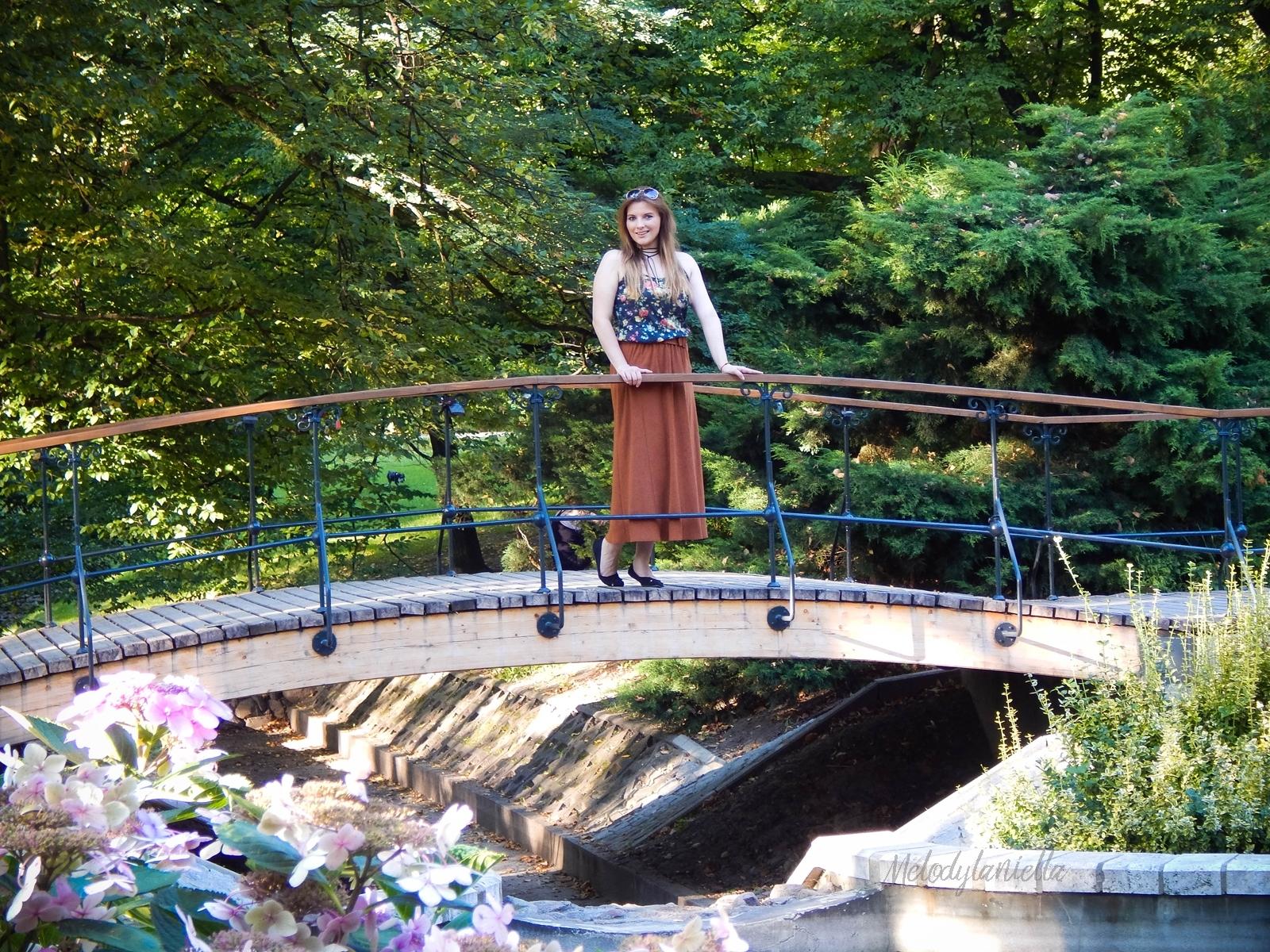 ruda spodnica mamy kolorowy top river islands czarna torebka manzana lookbook na jesien stylizacja midi