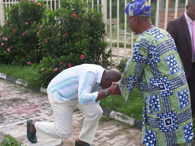 Fayose prostrates as he welcomes APC chieftain in Ekiti State