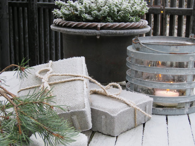 Jeg har pyntet i hagen til jul. Litt hampetråd rundt to belegningsstein er gaver og pynt. IMG_0055