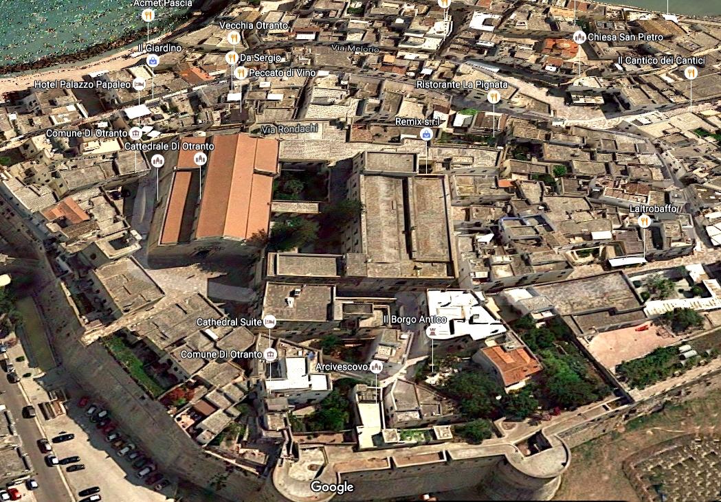 Cattedrale del centro storico di Otranto ripresa dall'alto