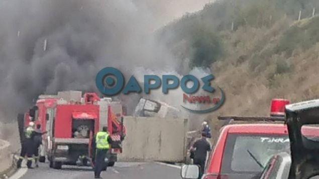 Ανατροπή νταλίκας που τυλίχθηκε στις φλόγες στον αυτοκινητόδρομο Τρίπολης -  Καλαμάτας (βίντεο)
