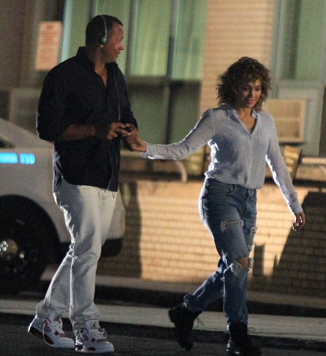 Jennifer Lopez's New Boyfriend's Visits Her On Set & The PDA Is HIGH