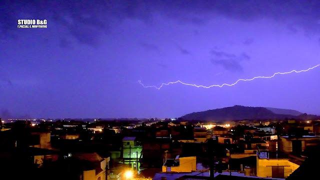 """Ναύπλιο: """"Γη και ουρανός ένα"""" με καταρρακτώδη βροχή και αστραπές (βίντεο)"""