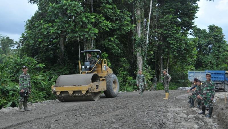 Prajurit TNI ikut membangun jalan trans Papua
