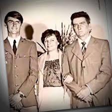 Bolsonaro com sua mãe e seu pai.