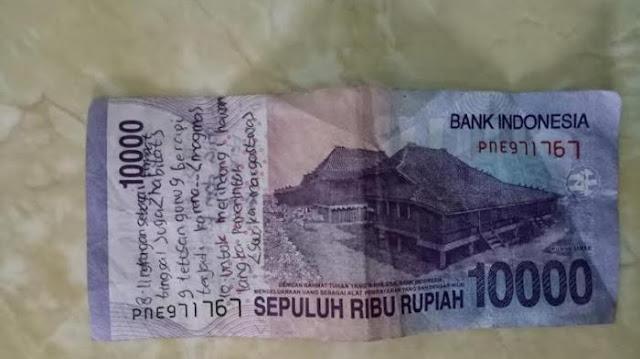 Pria ini Kaget Ternyata di Uang Kembalian yang Ia Terima ada Tulisan Pentingnya