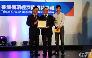 台糖豬膽洗髮精榮獲「台灣循環經濟獎」,副總經理洪火文(中)代表領獎。
