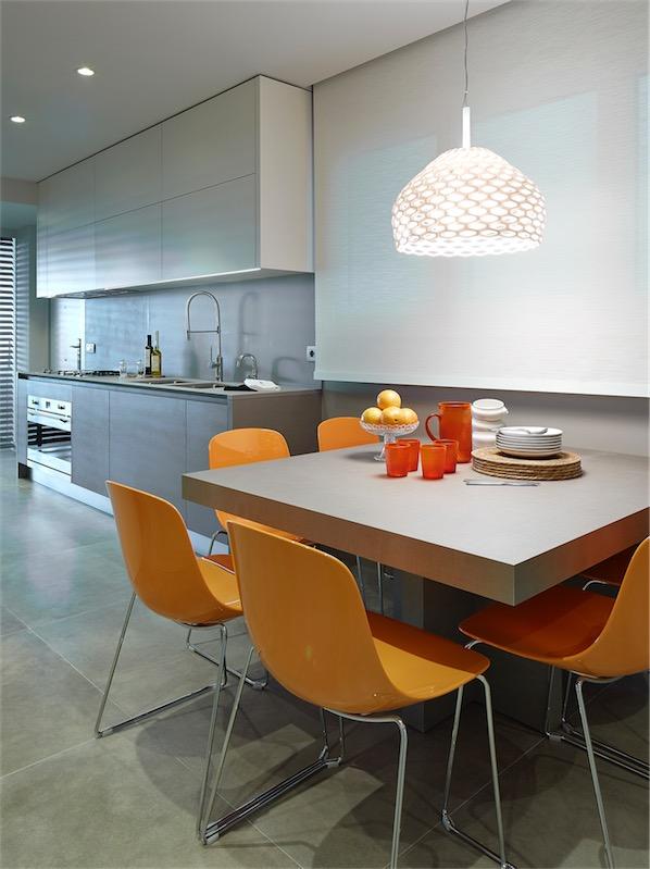 office de cocina con sillas naranja chicanddeco